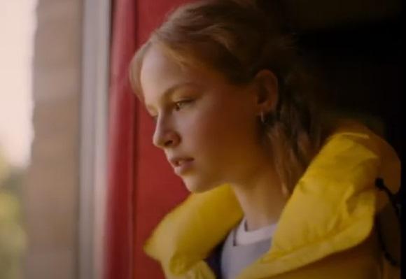 Pub Aigle - La fille / actrice de la publicité veste jaunne